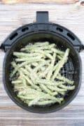 air fryer green beans arranged in air fryer