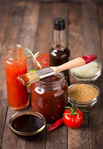 An easy homemade bbq sauce that has 6 ingredients and in ready in under 10 minutes.